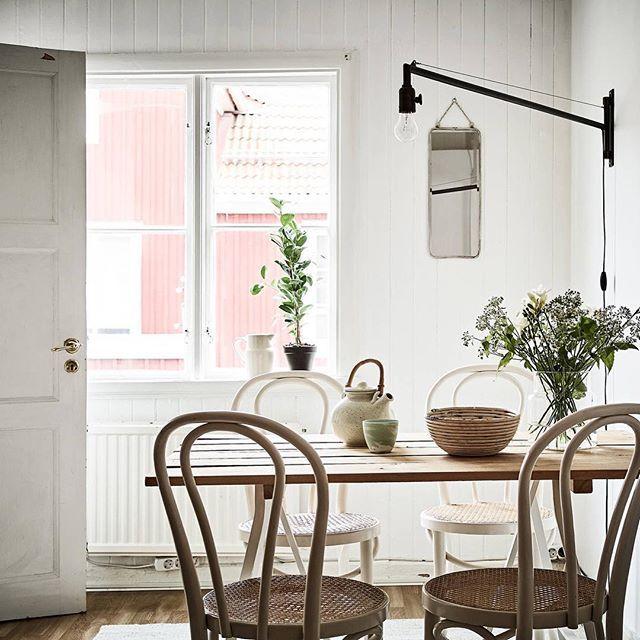Banérsgatan 14 B | 2 rok, 54.0 kvm  Landshövdingehustvåa med rundgående planlösning och högt i tak  Originaldetaljer såsom spegeldörrar, väggspont och spröjsade fönster har bevarats, och i hela lägenheten torde det finnas brädgolv att ta fram. Planlösningen är social, och eftersom vardagsrummet och köket ligger fil är det lätt att kombinera matlagning med umgänge. Foto: @janneolanderfotograf inredare: @greydeco.se  #gamlestaden #1928 #landshövdingehus #tjugotalsklassicism