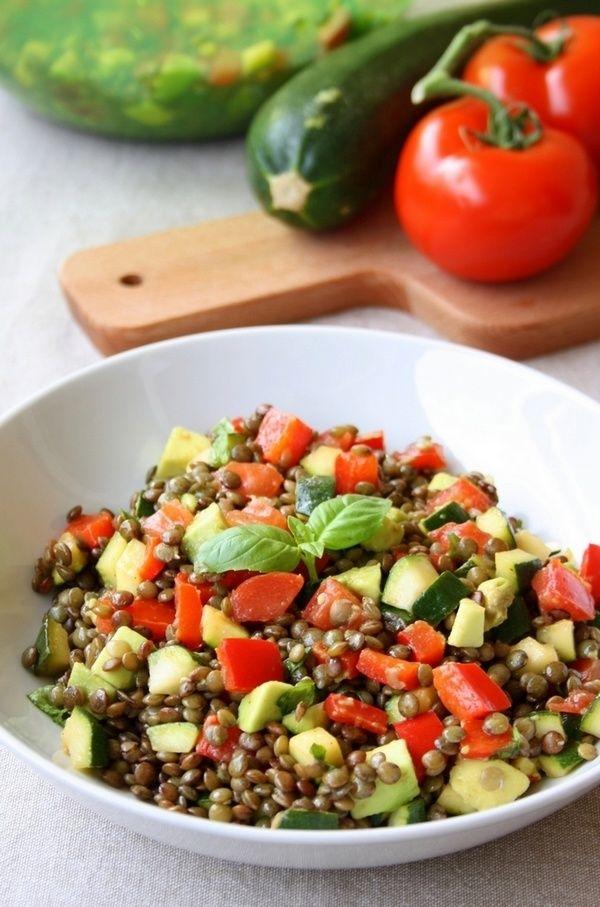 Voici une recette de salade de légumineuse agrémentée avec des légumes plein de saveurs et de couleurs ! Car une salade de lentilles, ce n'est pas forcement très joli... C'est une recette protéinée, de plus des lentilles riches en protéine, j'y ai ajouté...