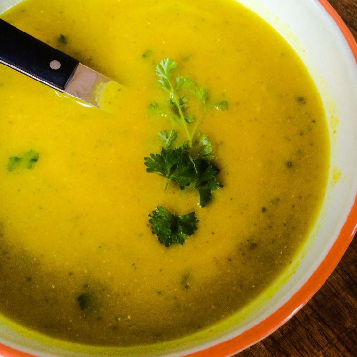 Courgette-Preisoep met kurkuma en komijn. Homecooked Voedselzandloperrecept.
