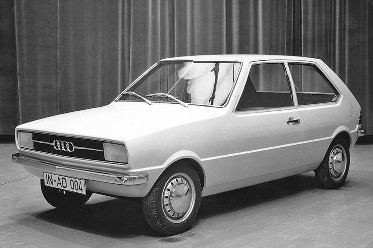 EA 329 - Audi 50 Zwischenschritt: Deutliche Sicke in Hüfthöhe, Breitbandscheinwerfer. Felgen und Radkappen noch von NSU. Angedeuteter runder Deckel für Zwangsentlüftung in C-Säule. ☺