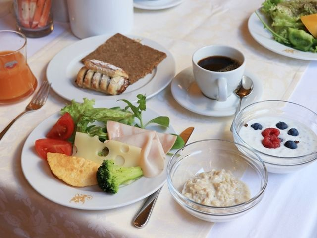 チェコ カルロヴィヴァリのホテルの朝食ブッフェ