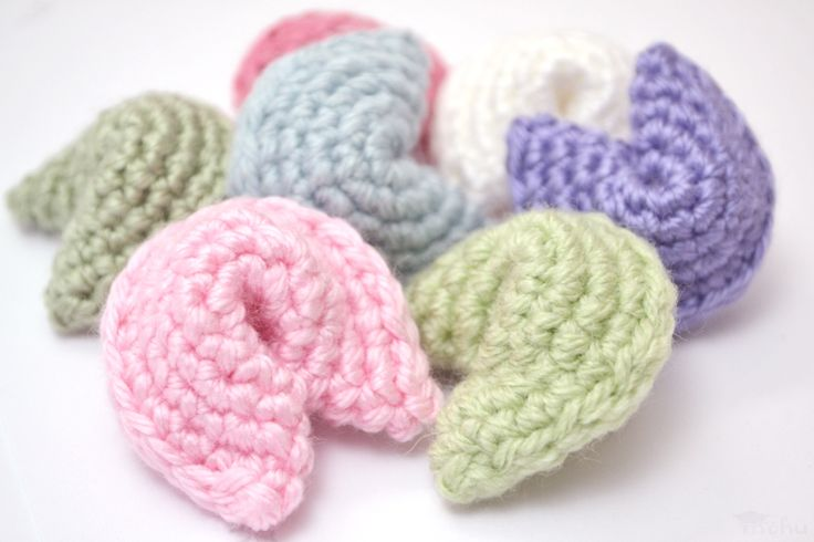 Amigurumi fortune cookies are super easy to crochet and you can use them for lots of different things, like bowl fillers or party favours. H...