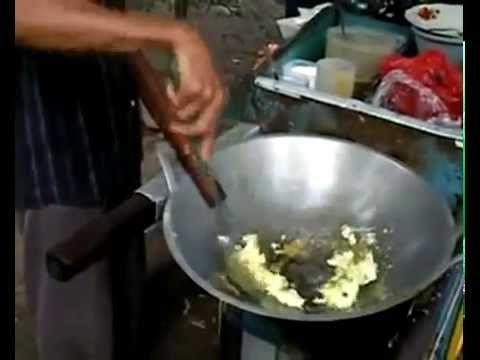 Hoe maken ze Nasi Goreng in Indonesië - YouTube
