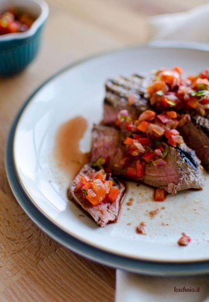 Grillowany stek wołowy z salsą z pomidorów