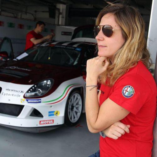 La rivoluzione delle donne al volante: Michela Cerruti, pilota dei record, e le altre