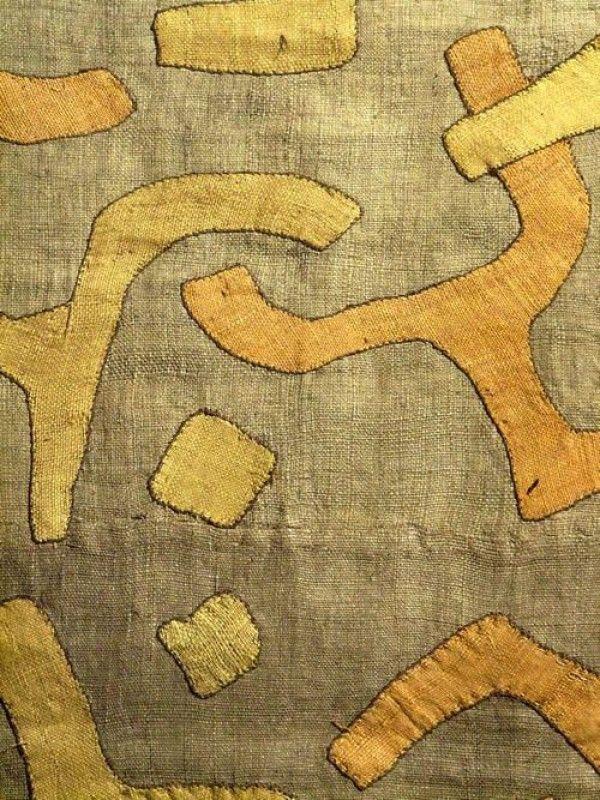 Chez les Kuba et sous-groupes Kuba ( Bangyeen, Bangwoong, Shoowa) les hommes ont la charge de préparer les fibres végétales qui servent à la fabrication de ce type d'étoffe. Ce sont de jeunes pousses d'un arbre de la famille des palmiers qui donnent la fibre de raphia. Cette fibre ne peut pas être filée comme le lin ou le coton, mais nécessite d'être nouée. Avant cela, il faut assouplir la fibre qui est dure et extrêmement rêche à l'origine. Tout le savoir-faire des hommes…