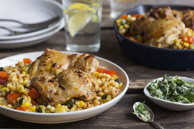 Lorsque l'été apporte en abondance ses produits de qualité comme le maïs, les zucchini et les poivrons, nous aimons les utiliser autant que possible. Mélangez ces trésors saisonniers avec du succulent couscous de Jérusalem et vous obtenez une salade multicolore parfaite pour les chaudes températures. Nous restons dans l'ambiance estivale avec des cuisses de poulet grillées et une garniture au Parmesan, à l'ail et au persil comme 'cerise sur le gâteau'.