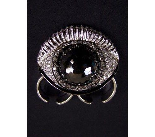 Bague en or blanc serti dediamant noir et diamants blancs, Delfina Delettrez.