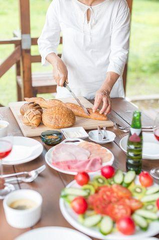 """Assumere non meno di 1200 calorie al giorno  Credits: Corbis Consuma almeno 1200 calorie al giorno  Sembra un paradosso, ma assumere meno di 1.200 calorie al giorno può effettivamente rallentare la perdita di peso.  """"Se si mangia molto meno del fabbisogno giornaliero, il corpo entrerà nella condizione fisiologica di 'essere affamato', e quindi assimilerà tutti i cibi, trasformandoli in grassi - dice il nutrizionista di New York, Keri Gans, autore di The Small Change Diet (Il piccolo…"""