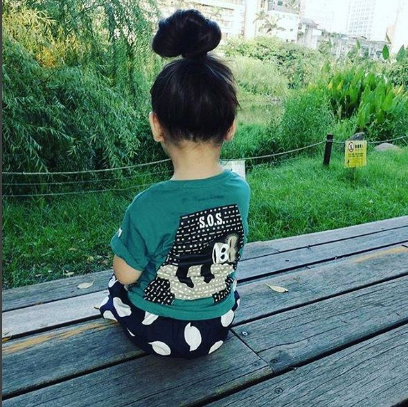 Isn't she lovely with her big bun and her #gorilla organic t-shirt ?