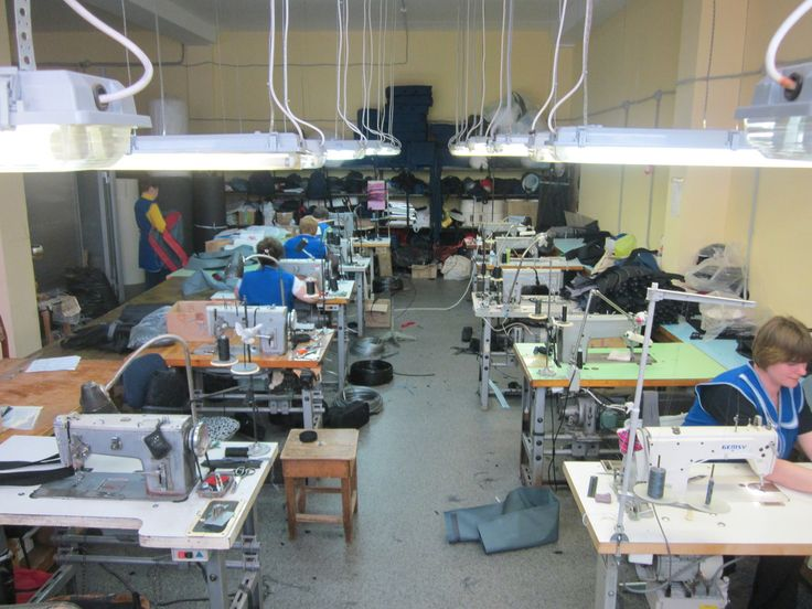 """А вот и фото с производства. Тут трудолюбивые и высококвалифицированные сотрудники шьют чехлы и сумки, которые затем вы видите в магазинах под брендом """"ТрёхЛинейкА"""" . . #чехолдляружья #чехолдляоружия #кейсдляоружия #сайга #вепрь12молот #вепрь12 #оружие #впо205 #впо20503 #сайга12к #сайга12 #чехолдляавтомата #чехол #рюкзакдляоружия #кейсдляоружия ... Все наши чехлы для оружия можно увидеть здесь #чехлыоттрёхлинейкирф  Оформить заказ и купить наши чехлы можно на сайте: трёхлинейка.рф"""