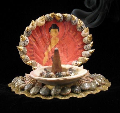 Можно поставить на алтарь изображение или статую Христа, Будды или Куан Инь, добавив любые символы: цветы, ангелов, свечи.
