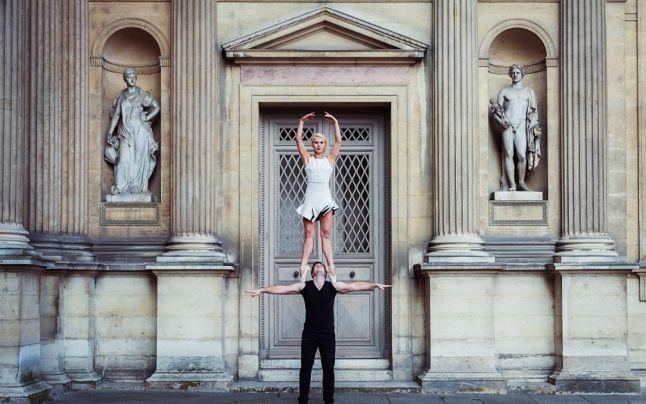 FOTO Dragostea sfidează gravitaţia: un cuplu de acrobaţi a făcut poze în ipostaze neobişnuite de-a lungul Parisului