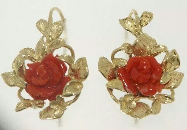 Orecchini in oro giallo con rose di corallo