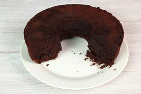 Tämä on perinteinen kuivakakku, mutta mausteet ovat tutut itävaltalaisesta sacherkakusta. Aprikoosihillo taikinassa ja suklainen kuorrutus muistuttavat sacherista ja tekee kakusta myös vähän normaalia kuivakakkua juhlavamman.