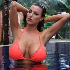 Η Γερμανία εκτός από αυτοκίνητα βγάζει και πολύ όμορφα μοντέλα, με διαφορά στήθος.. κι όχι άδικα αφού οι φωτογραφίες μαρτυράνε την αλήθεια. Γνωρίστε την πολύ σέξι μοντέλα Jordan Carver που έχει καταγωγή από την Γερμανία και είναι ένα ζουμερό  glamour model αλλά και ηθοποιός που ζει πλέον και εργάζεται στις Ηνωμένες Πολιτείες Αμερικής.Η 29χρονη κοπέλα τους τρομάζει όλους με το υπέρ στήθος της που δεν μπορεί να αντισταθεί κανείς στο πέρασμα του.. έχει γεννηθεί στις 30 Ιανουαρίου του 1986.