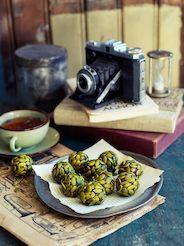 Chiafröna ger trevlig knaprighet i de här chokladbollarna med gott om nyttig energi.