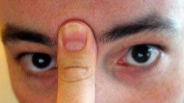 20 Saniye Parmağınızı Bu Şekilde Bastırırsanız  Rahat ve dik bir oturma pozisyonu alınız. Diliniz ile üst damağınıza baskı uygulayınız ve iki kaşınızın ortasına baş parmağınızla sağlam bir şekilde 20 saniye boyunca bastırınız. O anda sinüslerin aktığını ve burnunuzun açılmaya başladığını farkedeceksniz.
