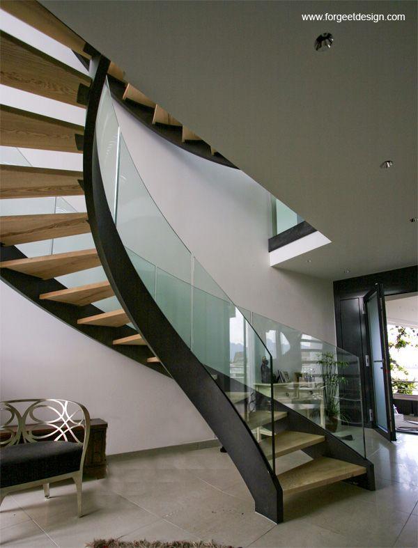 Magnifique escalier alliant fer, bois et verre!