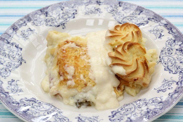 Sofie maakt samen met Tess Goossens de klassieker: witloof met kaas en hesp in de oven. Sofie toont je daarnaast hoe je de perfecte roux, bechamel - of kaassaus maakt! Tip: gebruik bloem- of pureeaardappelen.