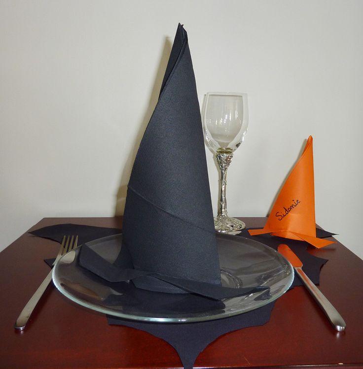 Pliage en papier réaliser un chapeau de sorciere avec une serviette en papier, decoration de table pour Halloween , recettes de cuisine et traditions en Europe. Information et Tourisme Européen.