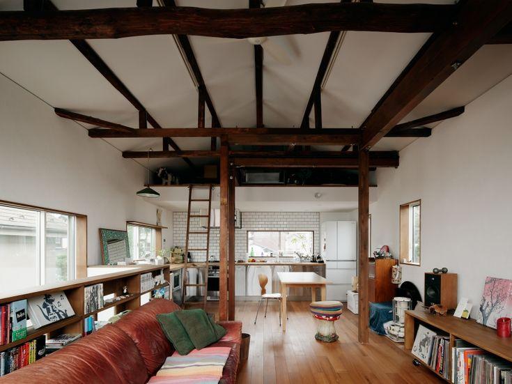 梁を露出にして、天井を高く開放的な空間にしました。天井の一部をロフトとして利用しています。壁は風合いのある左官仕上です。<br /> photo by Atsushi ISHIDA 専門家:株式会社style laboが手掛けた、開放感のあるリビングダイニング(U邸@吉祥寺)の詳細ページ。新築戸建、リフォーム、リノベーションの事例多数、SUVACO(スバコ)