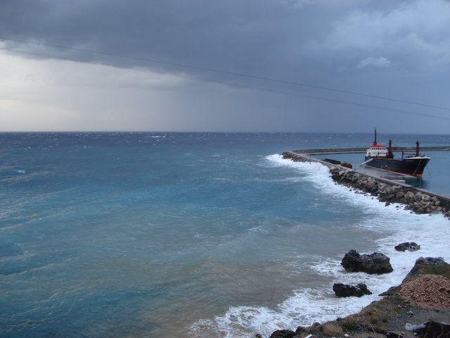 Θαλασσινό τοπίο - φθινόπωρο / χειμώνας! via: http://my.aegean.gr/gallery/StudentTeams/Syros/Podilatiki/Volta--17-Nov-2013/3_volta_dpsdbikes_DSC09605.JPG.html  #sea #waves #sky #dark #blue #winter #wind #rocks #port #Samos #island