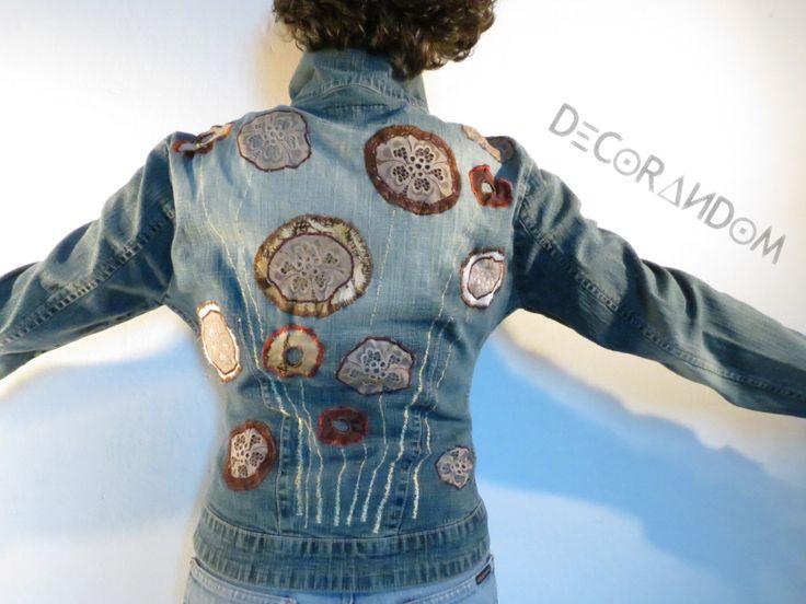 jubbotto jeans,denim jacket,recycled jeans,decoro floreale,pizzo,ricami floreali,stoffe riciclate,moda etica,taglia 40/42 g5 di decorandom su Etsy