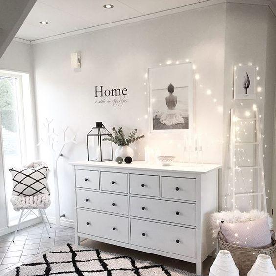 Die helle Einrichtung wirkt sehr einladend und schafft eine harmonische Atmosphäre. Der Teppich sorgt für das gewisse Etwas.