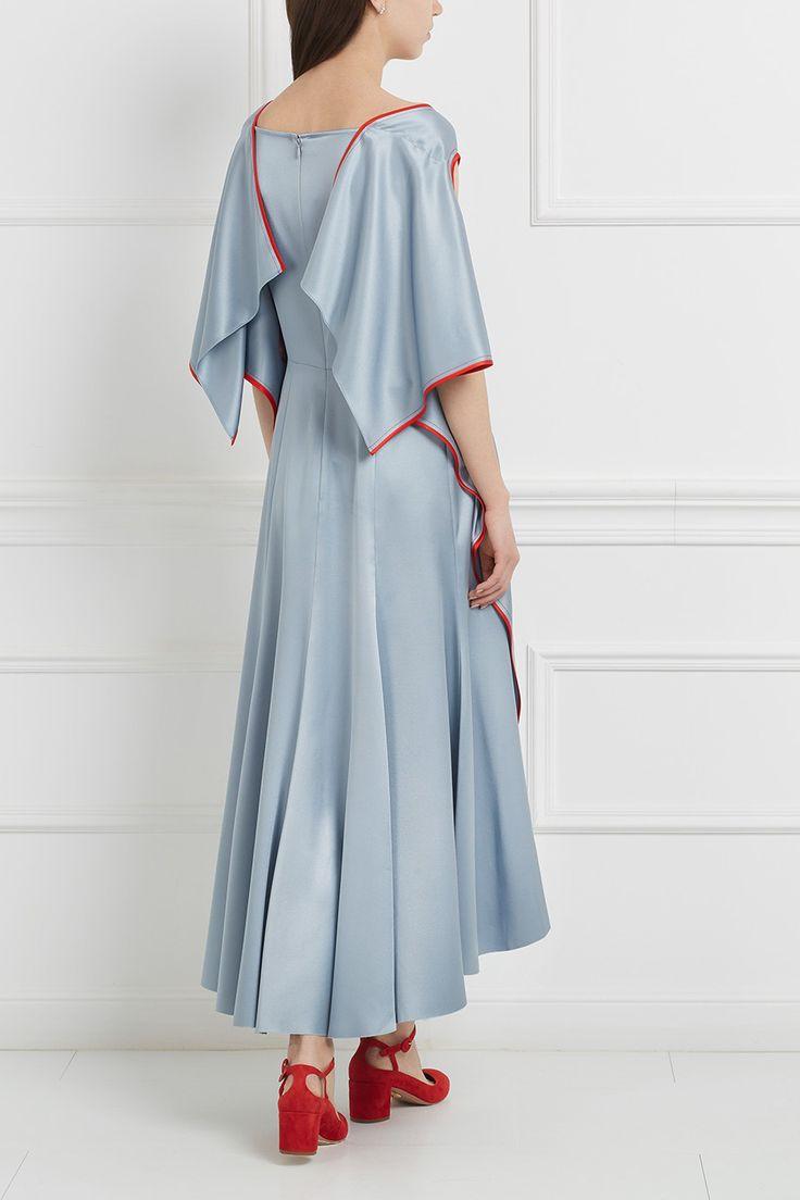 Шелковое платье в цвете голубой металлик. Модель декорирована красными кантами, широкими воланами и имеет асимметричный подол. Такое платье из коллекции бренда Sies Marjan станет отличным вариантом для выхода в свет. К нему стоит подобрать яркие туфли, например, красного цвета.