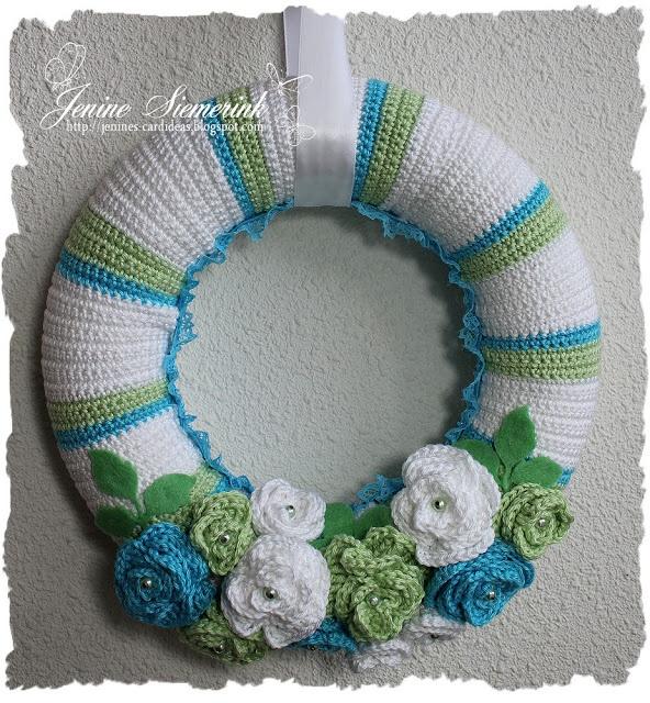 http://jenines-cardideas.blogspot.nl/2013/05/gehaakte-krans-groenblauwwit.html