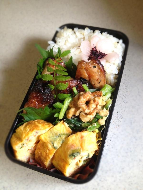 Twitter from @kumaizumi 今朝のお弁当作りのBGMはもちろんラ・カンパネッラ♪試験中の次男、頑張れよ~♪ 本日のお弁当■鳥肉の山賊焼、三つ葉と桜海老の卵焼き、ほうれん草の胡桃和え、梅酢大根 #wmjp #obento #obentoart