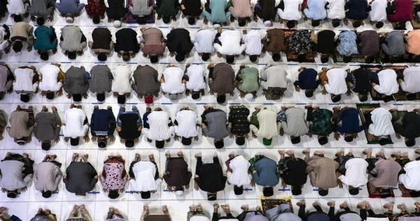 بالصور أول صلاة تراويح في أكبر دولة إسلامية رغم فيروس كورونا Ramadan Muslim Muslim Men