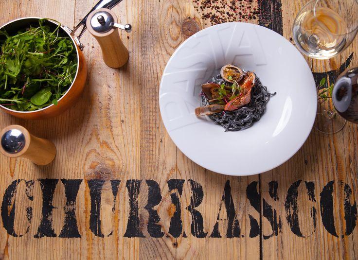 Tagliolini al nero con frutti di mare/Makaron domowy z atramentem z mątwy, krewetkami tygrysimi i sosem serowym