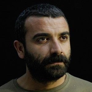 Ankara Sanat Tiyatrosu yönetim kadrosundadır. Mahir İpek, 1972 yılında Ankara'da doğmuştur. Aslen Kahramanmaraş, Afşin'lidir. Babası aşık İsmail İpek'dir.
