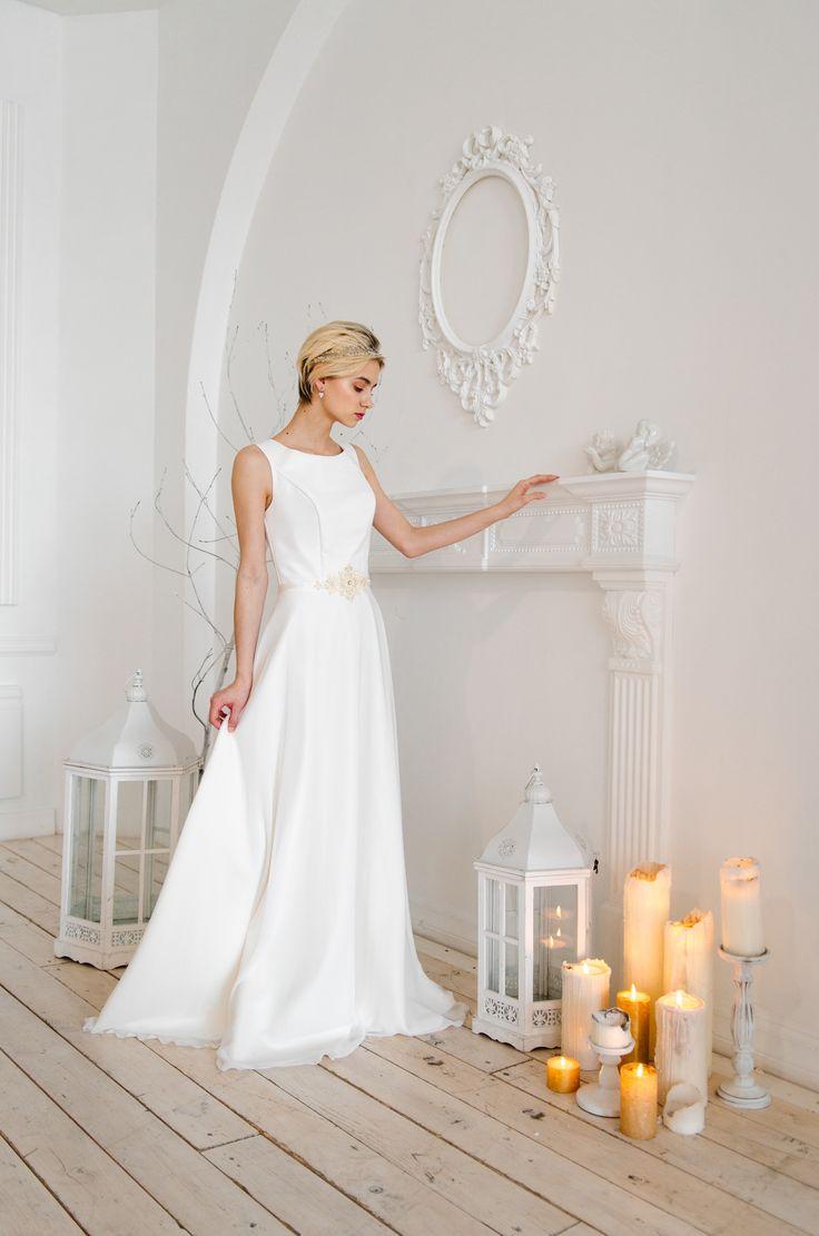 Платье А-силуэт из белого шифона. На талии белый пояс, расшитый узором из камней.