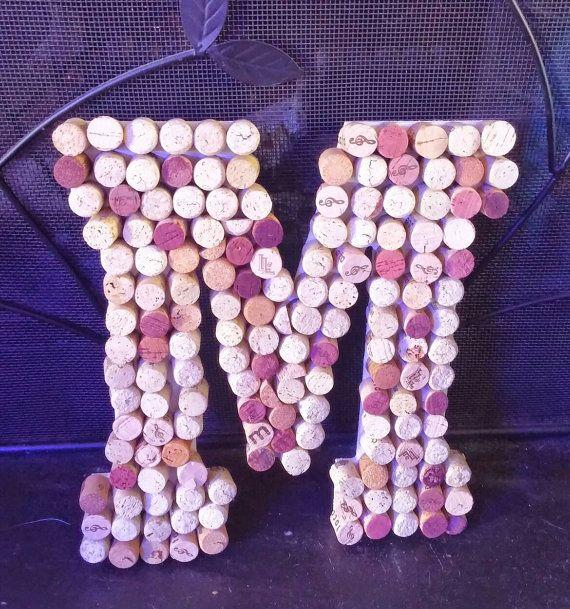 Corcho del vino las letras A la Z. Esto son 13 de alto y se ven muy bien en cualquier casa, bar o restaurante.  Estos se propuso volver a corchos por la mitad y pegan sobre una carta blanca de madera. Es fácil colgar todo lo que necesitas es un clavo en la pared.  Estas letras también hacen gran regalo para un cumpleaños, día de la madre, día del padre, de la boda, incluso una casa de regalo de calentamiento.  ¿Necesita su artículo prisa? Revisa esto https://www.etsy.com/listin...