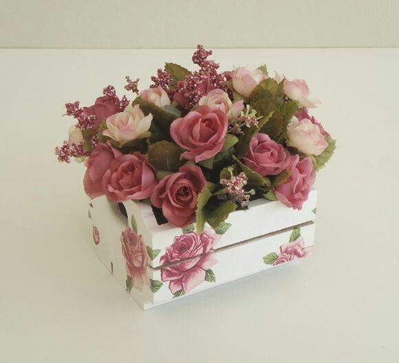 lindo mini caixote em Mdf pintado com aplicaçao em decopage floral combinando com a flor artificial, fica lindo em ambientes office, lavabo, banheiro, cozinha, quarto....