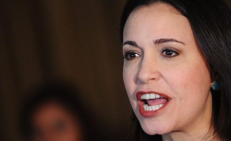 """MCM: presidenciales son un narco-fraude y la respuesta es """"no"""" -  María Corina Machado, coordinadora nacional de Vente Venezuela, rechazó la convocatoria a elecciones presidenciales anunciada por el régimen señalando que se trata de un """"narco-fraude"""" de la dictadura para aferrarse al poder. """"A aquellos venezolanos que queremos votar, que queremos elecciones: ... - https://notiespartano.com/2018/01/26/mcm-presidenciales-narco-fraude-la-respuesta-no/"""