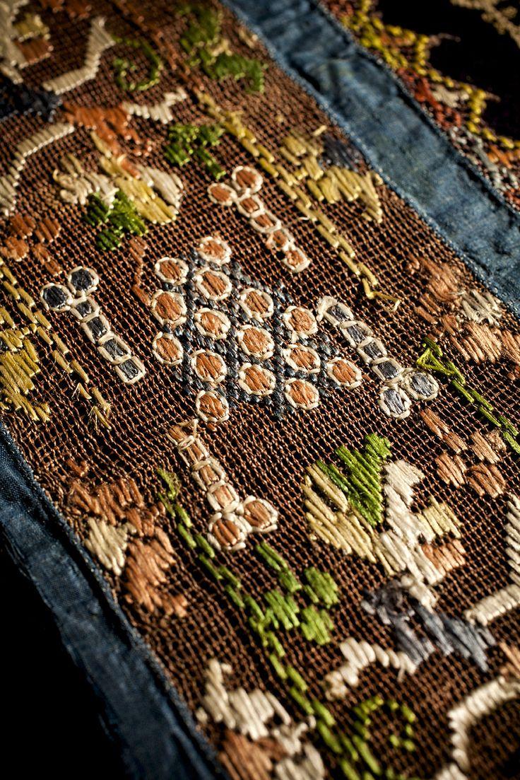 Tramezzo, Italia sec. XVII. Buratto di lino. Ricamo: punto filza, punto passato in seta. Insert, Italy 17th cent. Lacis, linen. Embroidery: running stitch, satin stitch in silk. Ph. @leonardosalvini