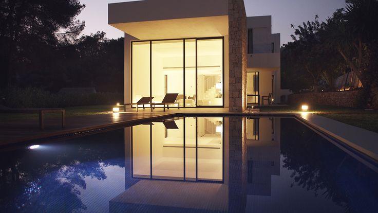 Jardín con piscina en una casa de lujo