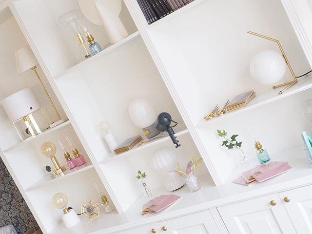 Nu har vi fyllt på med många vackra ting i vår bokhylla. Välkommen till butiken idag. Vi har öppet 10-15. Du hittar oss på webben med •savedalensbelysning.se•  #sävedalensbelysning #belysning #inredning #interör #mässing #betong #byrydens #globenlighting #pholc #koholmen #designhousestockholm #haydesign #menudesign #flos
