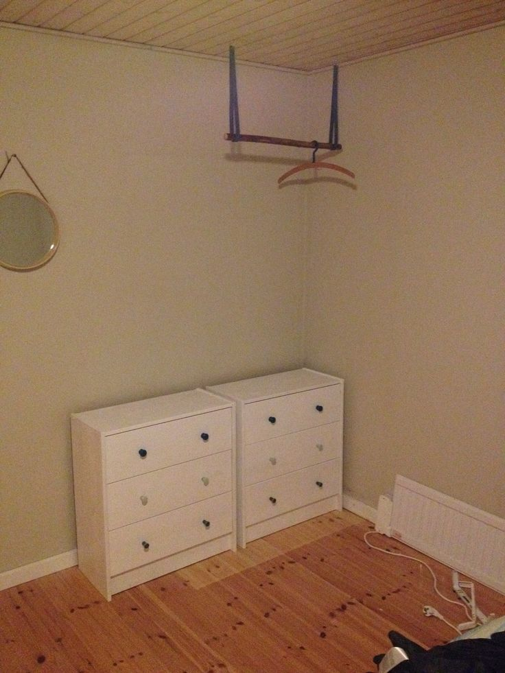 Bøjlestang med læderremme. Kommoder (Rast fra IKEA) malet med hvid maling og påsat nye greb