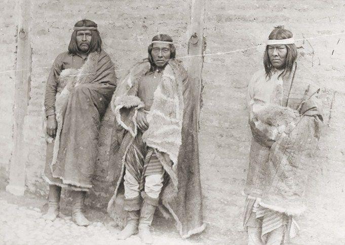 Hombres tehuelche con vestimenta tradicional. Autor desconocido. S/F. En: Archivo Fotográfico MCHAP.