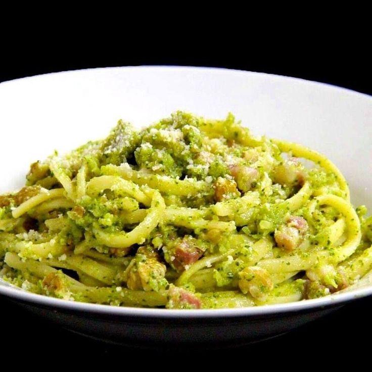 250g di linguine 250g di broccoli 50g di parmigiano 15 noci 80g di pancetta 1 spicchio d'aglio saleq.b. olio e.v.o. q.b.