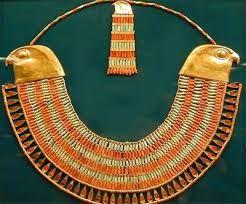 Los collares se elaboraban  con conchas, cuencas, flores y priedras preciosas engastadas en oro. Podian llevarse como collar o sujetos a una gargantilla de cuero o tela.
