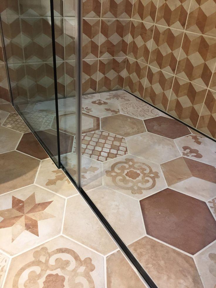 Assoluta complanarità e continuità della pavimentazione per un risultato ottimale in cui stile moderno e classico si incontrano e si fondono grazie all'innovativo Sistema Doccia  SILVERPLAT®. #SILVERPLAT #bagnomoderno #bagno #design #moderno #sistemadoccia #docciadesign #docciamoderna #doccia #moderna #bagno2016