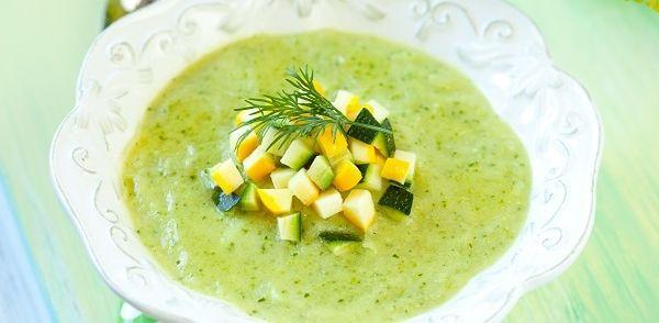 Courgettesoep met kerrie, paprika en mosterd. Heerlijke soep! Voor 2pers maaltijdsoep 2/3 van recept genomen. Grano padano kaassnippers en spekjes als garnering. Met stokbrood en tuinkruiden roomkaas.