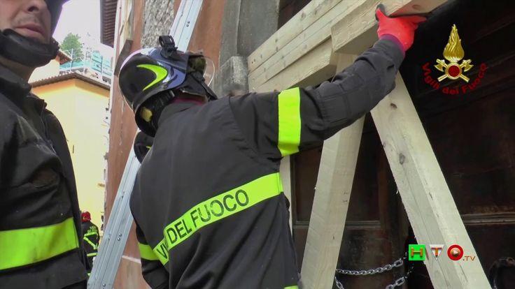 Vigili del Fuoco - Visso - Sbadacchiatura edificio in via Sibilla - www....