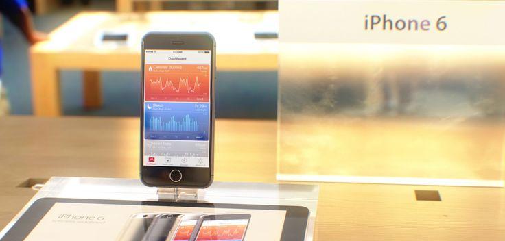 iPhone 6 im Apple Store + iPhone 6 Unboxing - https://apfeleimer.de/2014/08/iphone-6-im-apple-store-iphone-6-unboxing - Noch ist das neue iPhone nicht auf dem Markt, dennoch präsentiert uns Martin Hajek Bilder des neuen iPhone 6 in den heiligen Apple Verkaufshallen und macht sich gleichzeitig über ein virtuelles iPhone 6 Unboxing her. Auch wenn es sich bei den hier gezeigten Bildern lediglich um entsprechende i...